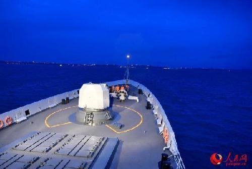 """当地时间11月15日,参加东盟防长扩大会""""海上安全""""演习的我海军盐城舰从锚地起航。 来永雷摄"""